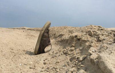 mercedes-g320-drift-on-sand